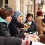 Les bénévoles distribuent plats chauds et autres douceurs
