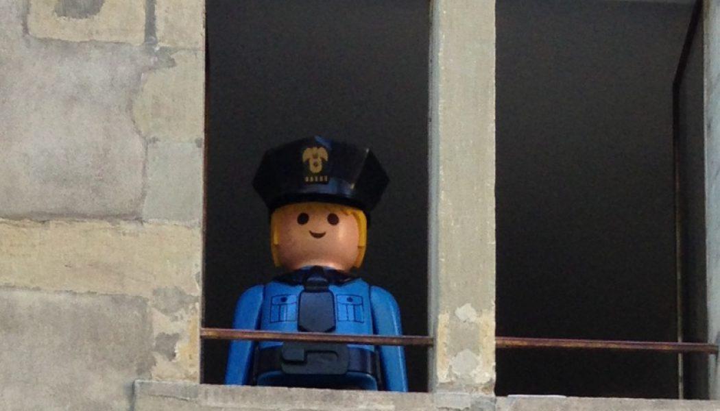 Un agent de police très spécial surveille le Bourg-de-Four