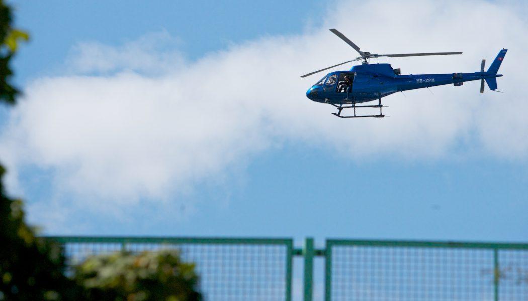 Un hélicoptère survole les Pâquis