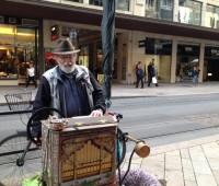 Josef, Toulouse et l'orgue de Barbarie dans les Rues Basses