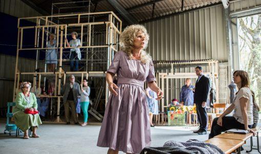Le Choeur théâtral d'Avully répète dans un hangar.