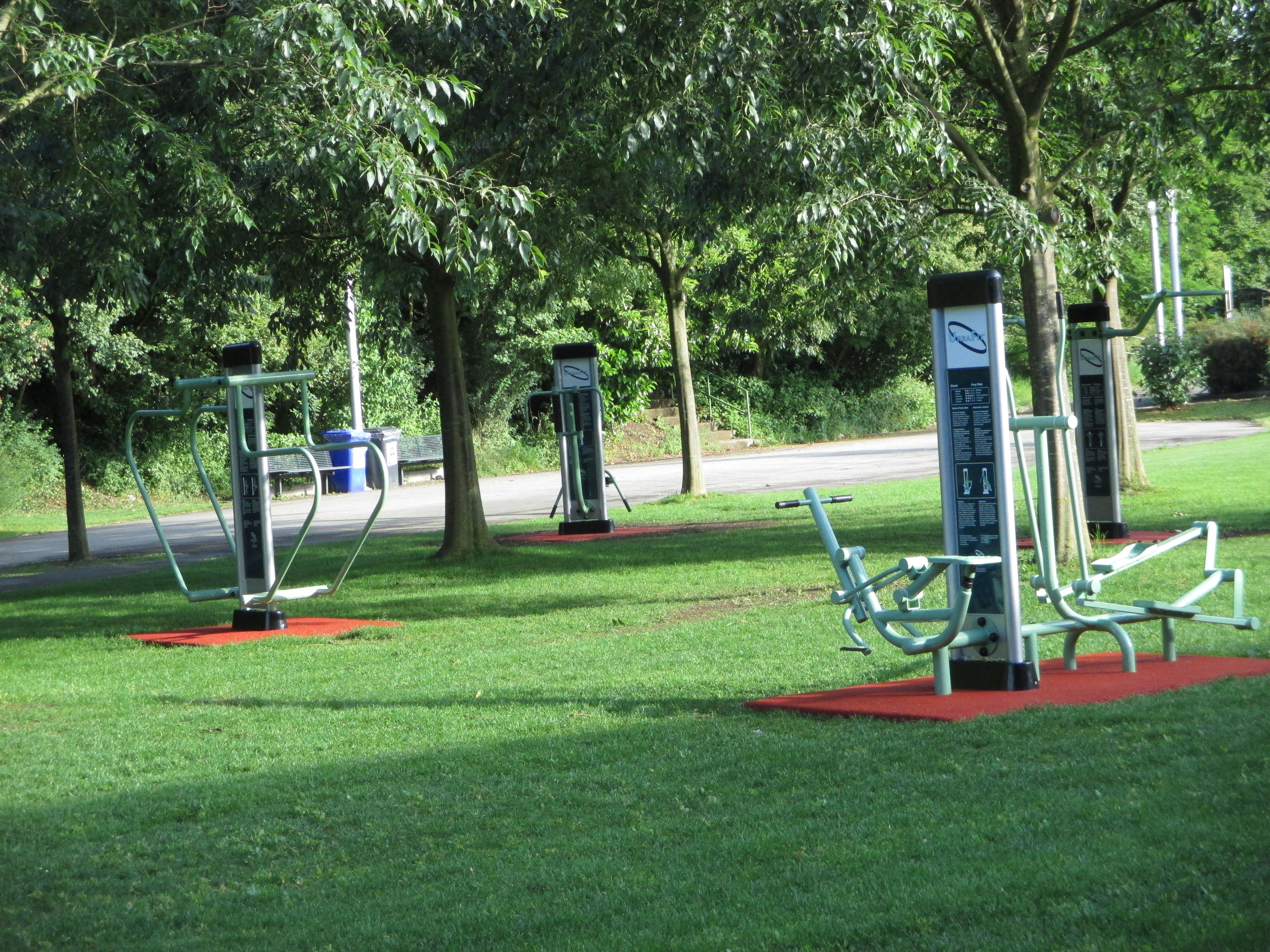 Le fitness en plein air fait les yeux doux aux moins for Appareil sportif maison
