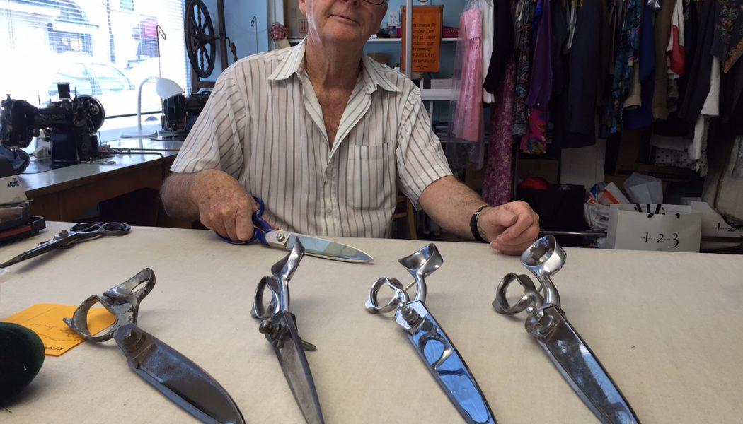 Walter Gebert, fondateur de l'atelier présente ses ciseaux de couture. © FK