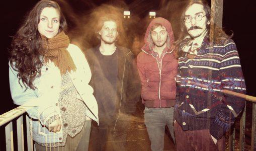 «Au coin de la table» avec QUIET ISLAND : le quatuor genevois pop-folk qui monte, qui monte!
