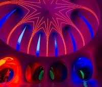A l'ombre du Luminarium des fêtes de Genève