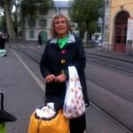 Anne Divorne attend le tram avec les pains invendus de la boulangerie Wolfisberg pour les distribuer à la salle du Faubourg transformée en dortoir. © maryelle Budry