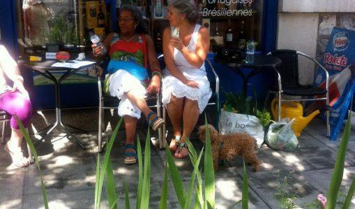 Ana et Gabrielle (de Capdétente) à la terrasse de l'épicerie €uropa
