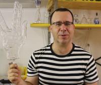 A l'atelier Magma, Joël Rey sculpte le verre en fusion