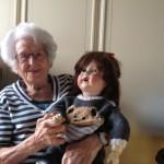 Jeanne Matti, avec la poupée qu'elle a reçu pour son 11e anniversaire. © Dominique Wyss