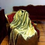 Dès l'entrée, une cape d'or invite au rêve..© Maryelle Budry