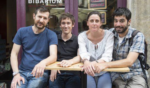 Olivier Evallet à droite et Delphine Cluzel Evallet, cofondateurs de www.karibou.ch avec l'équipe du Bibarium à la rue Dizerens. © Karibou