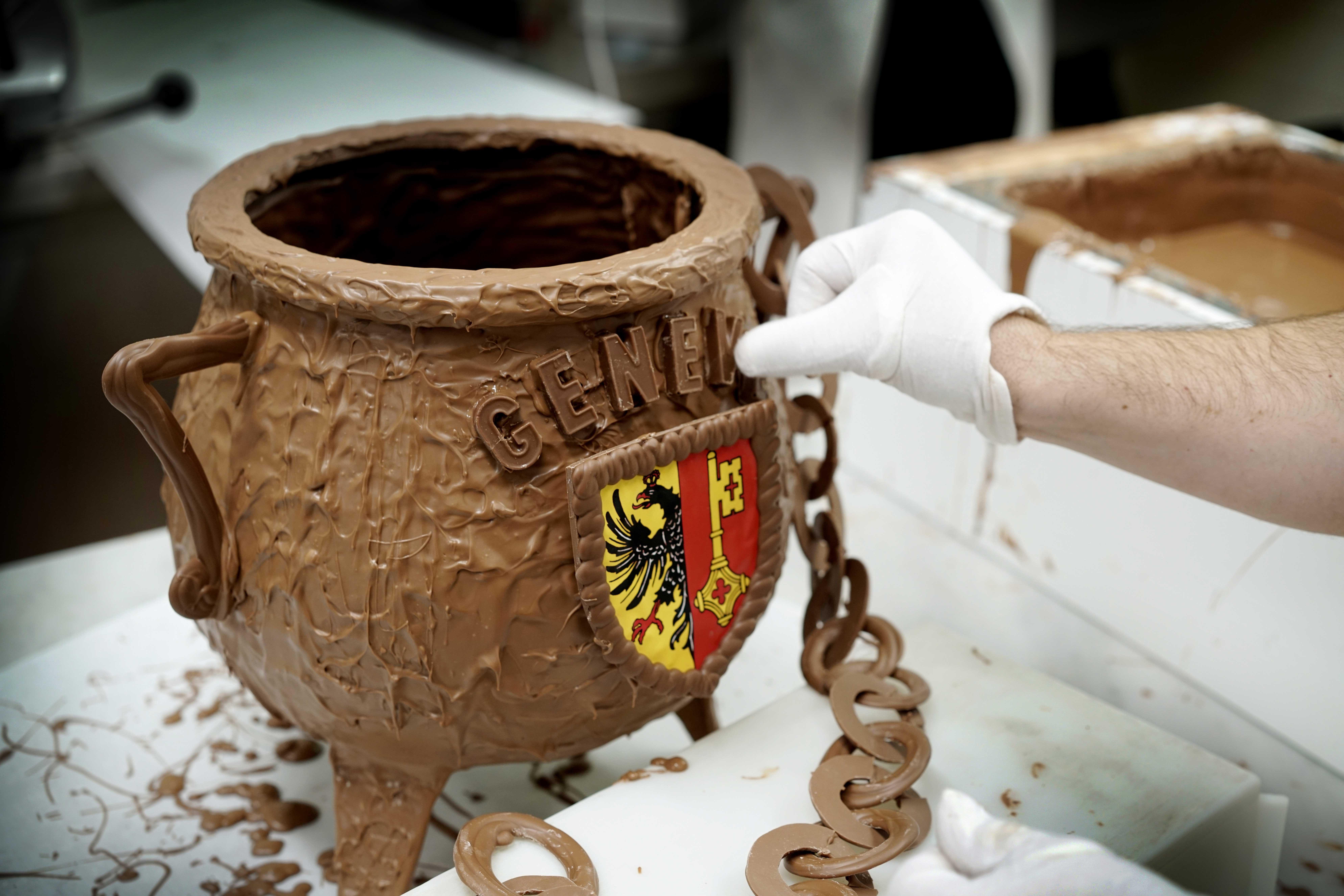 Atelier chocolat Rohr, Carouge. Fabrication des traditionnelles marmites pour l'Escalade. Photo: Laurent Guiraud.