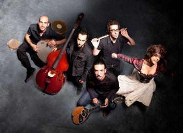 Talya G.A. Solan : chant - Yonnie Dror : instruments à vent - Aviv Bahar : instruments à cordes - Nur Bar Goren : percussions - Avri Borochov : contrebasse