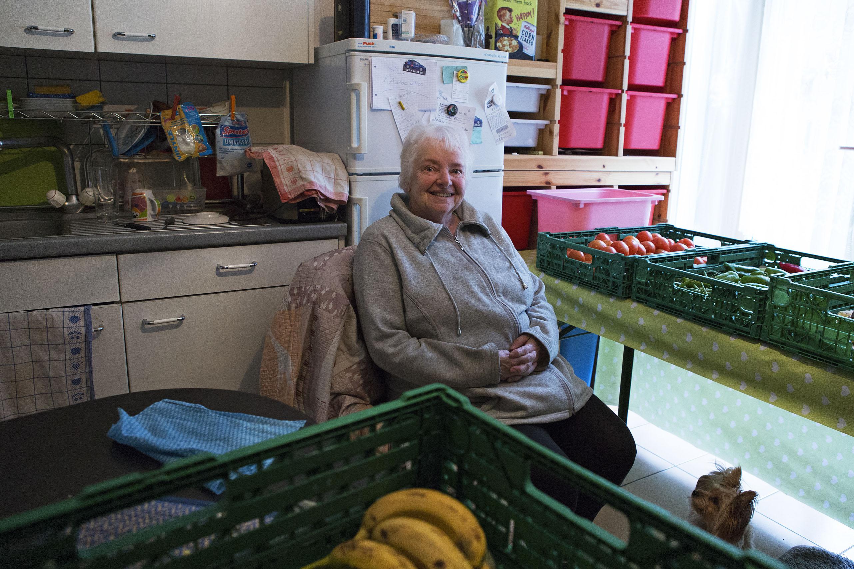 Tous les jours, de 17h à 20h, Yvette Bhira ouvre les portes de son appartement à la Pelotière et distribue les produits du jour.