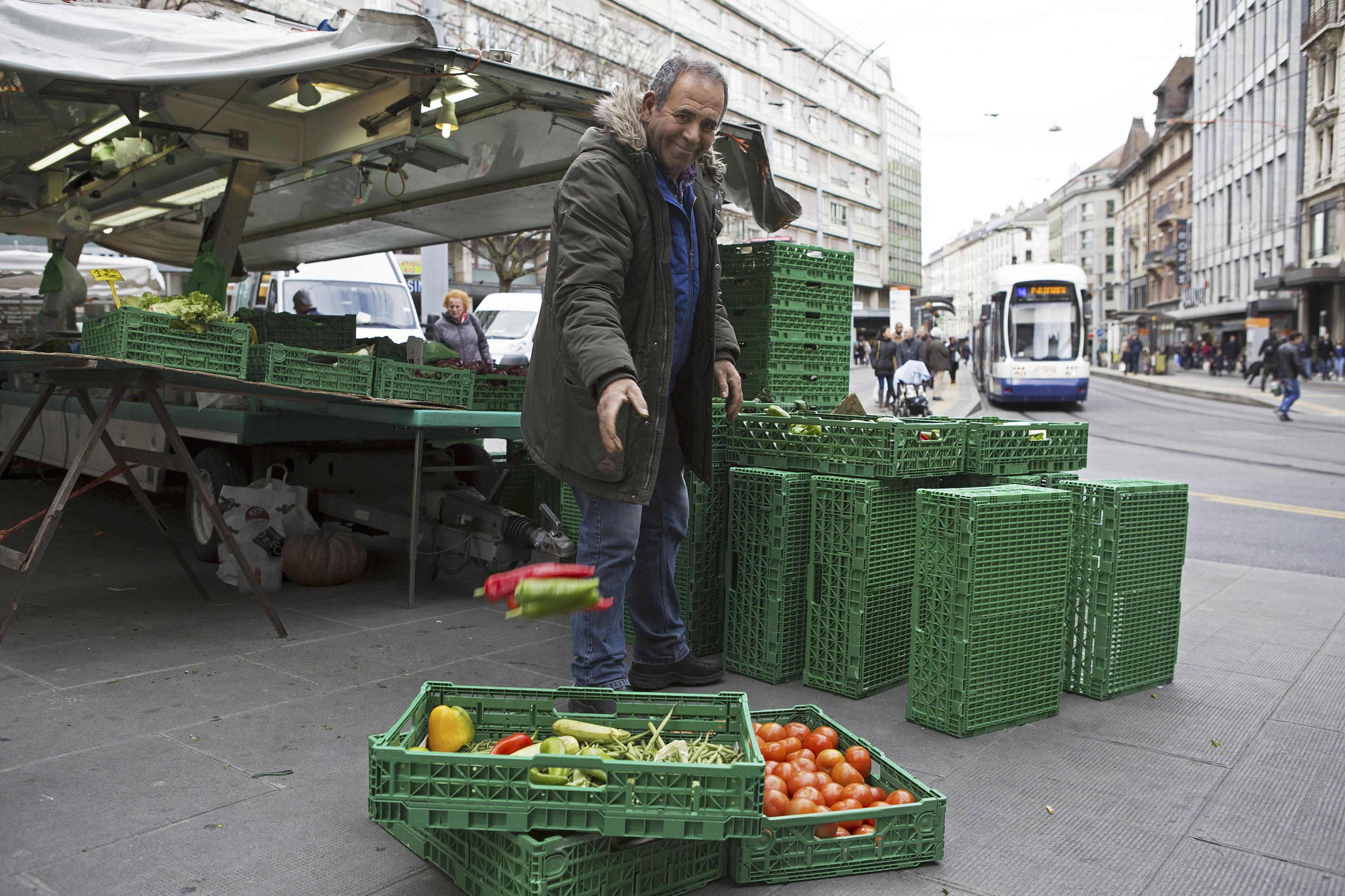 Lorsque le marché prend fin, certains généreux commerçants donnent à l'association des fruits et légumes.