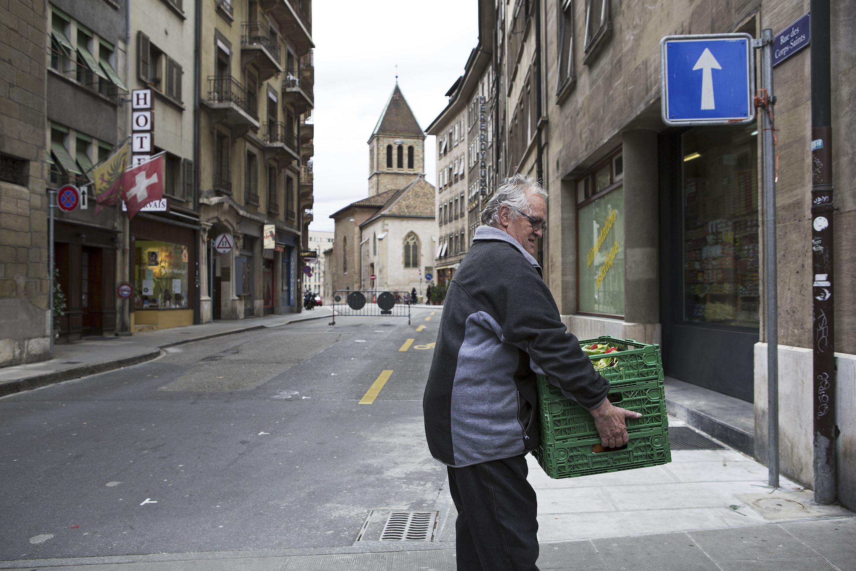 Thierry Dufour repart avec trois caisses de fruits et légumes pour les amener à la Pelotière et les distribuer aux plus démunis.