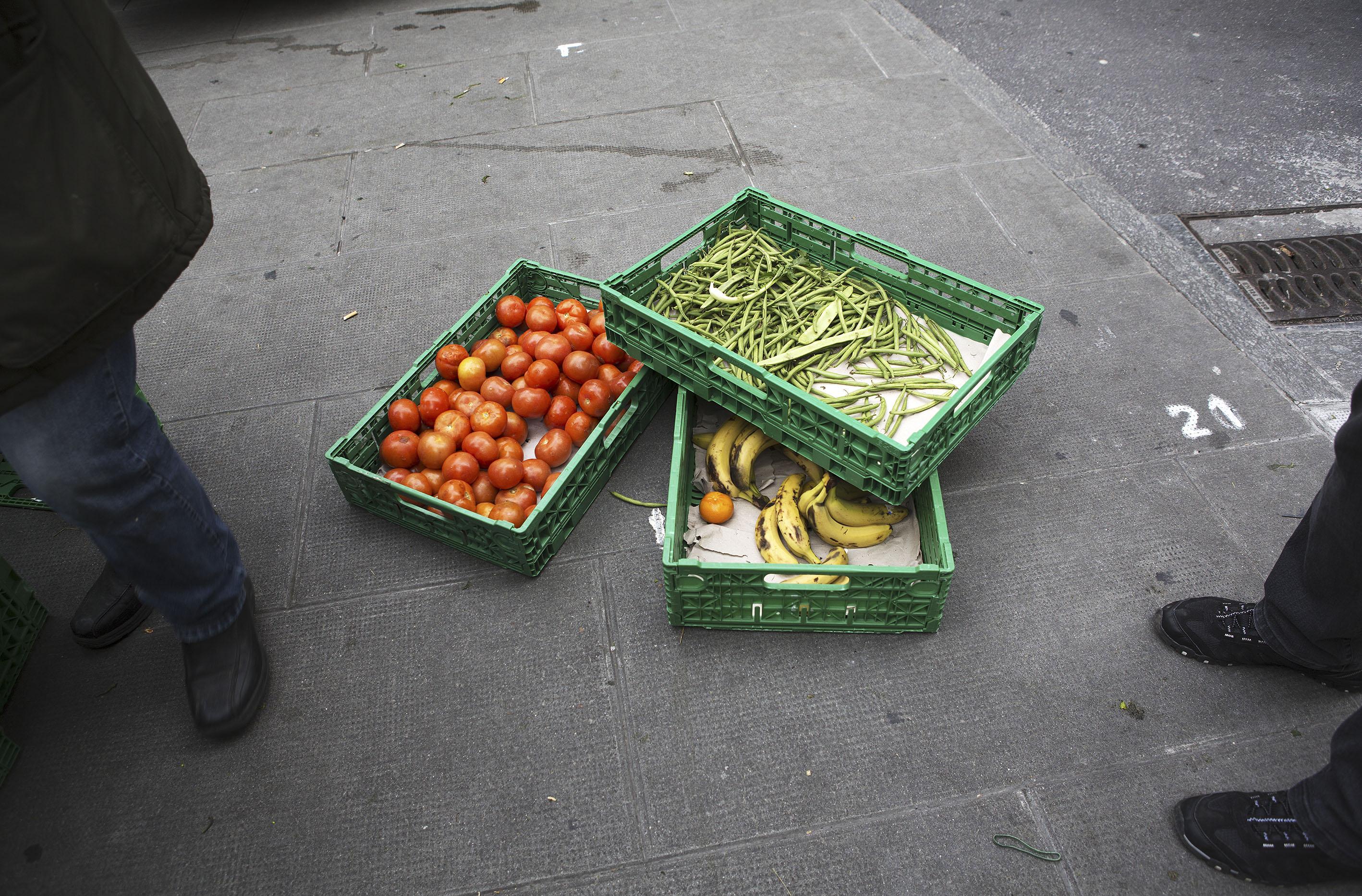 Trois fois par semaine, des caisses remplies de fruits et légumes sont récupérées aux marchés de Plainpalais, de Coutance et du Liotard.
