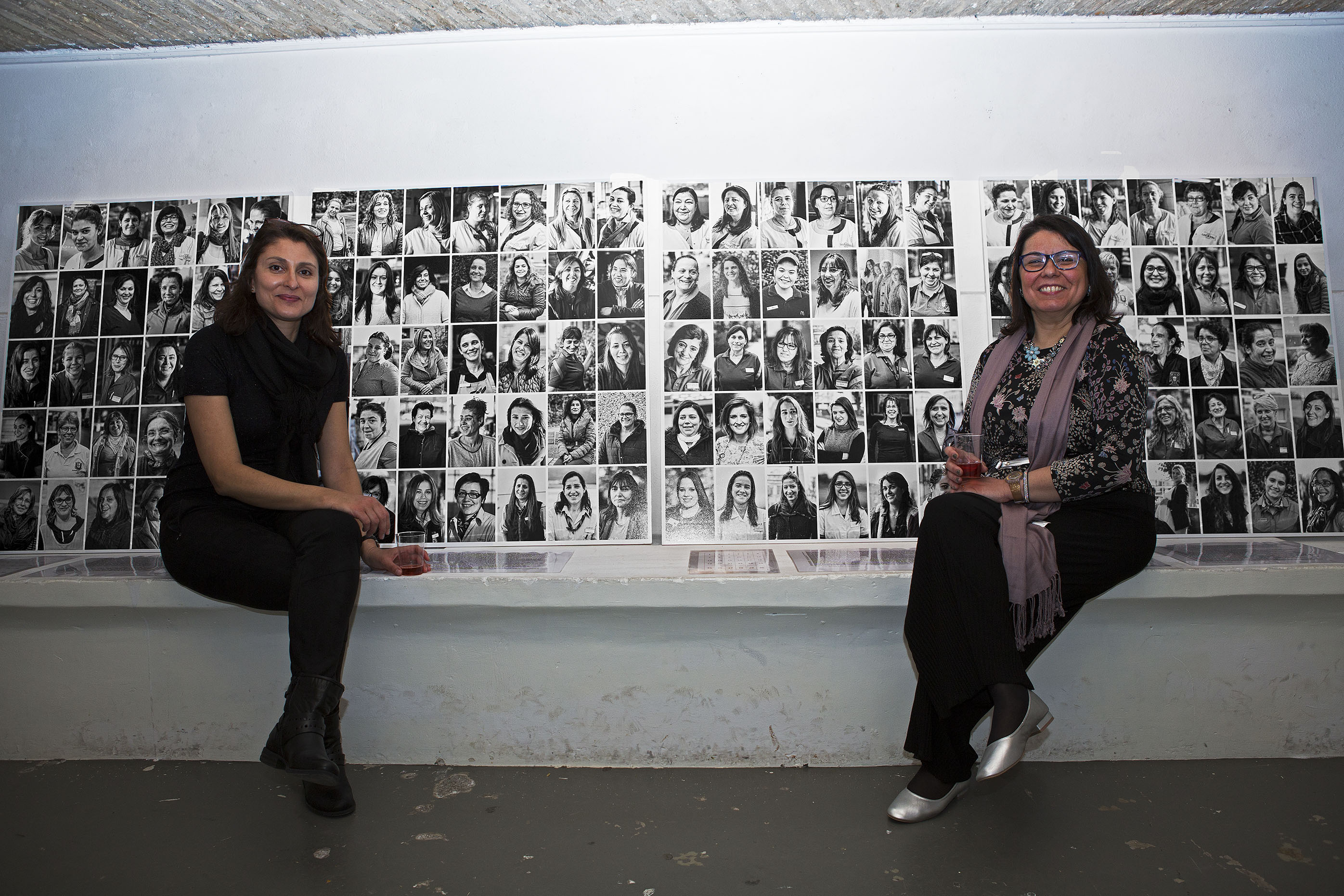 Catarina Antunes et Mariana Mendes posent devant les portraits réalisés par les photographes Nadir Mokdad et Carla da Silva.