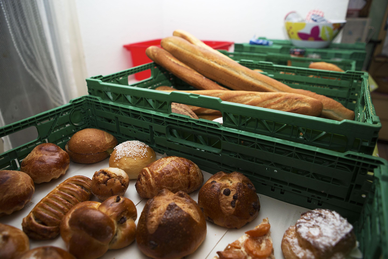 Pains, sandwiches et toutes sortes de viennoiseries données par une boulangerie de la région.