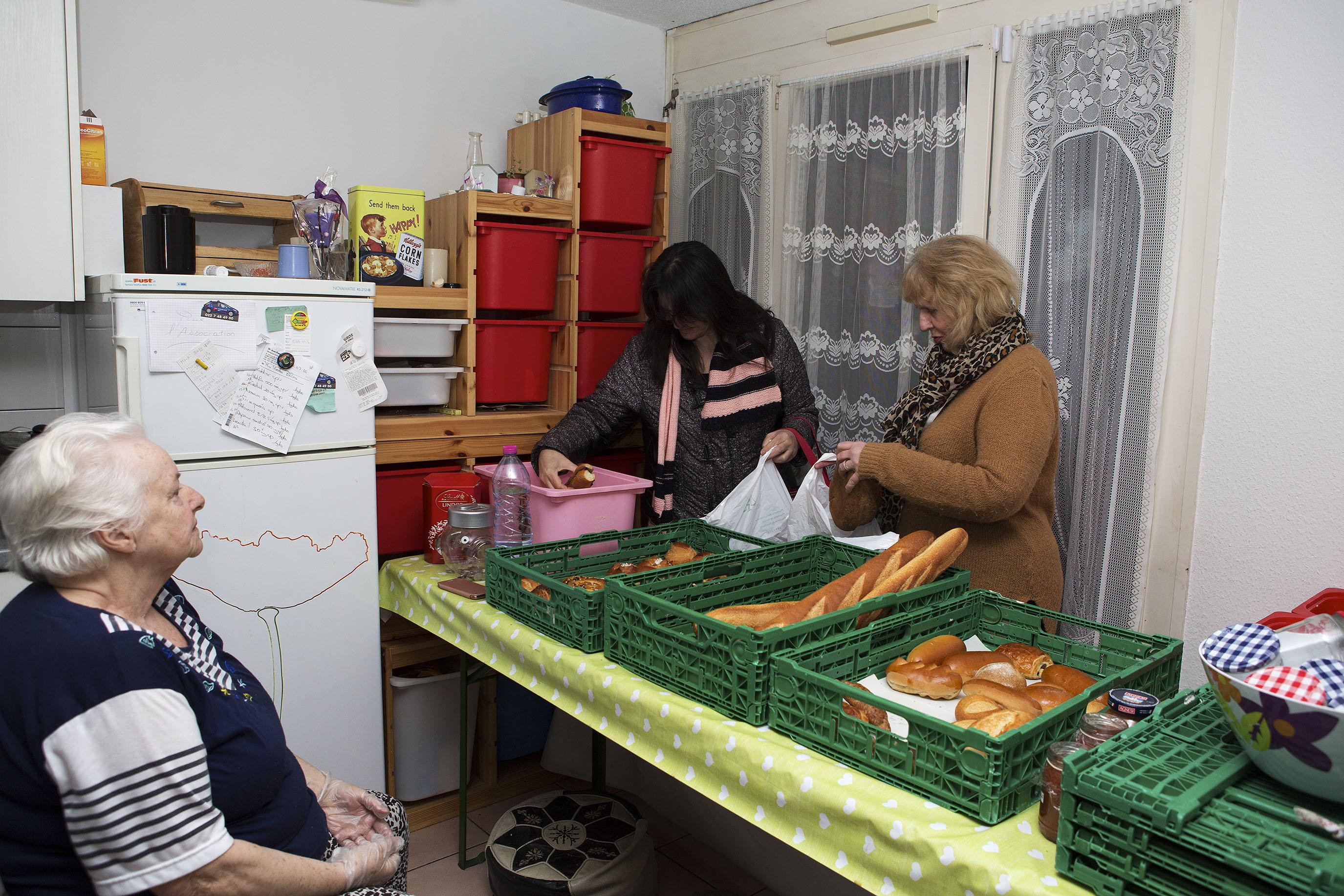 Yvette Bhira s'assure que les aliments soit équitablements partagés et que les familles nombreuses osent prendre une quantité suffisante pour tous.