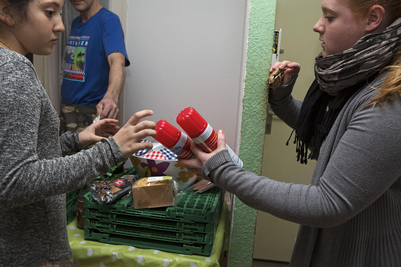 Grazia Rizzello vient déposer les produits alimentaire qu'elle a récupéré dans une épicerie versoisienne. Une jeune voisine d'Yvette vient souvent l'aider à la distribution.