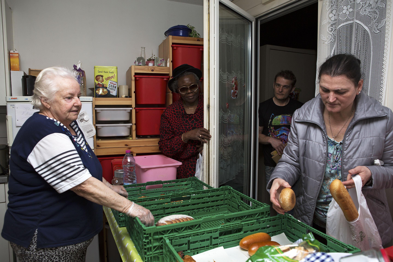 A partir de 19h, lorsque les aliments généreusement donnés par les commerces sont amenés chez Yvette Bhira, les gens font la queue sur sa terrasse pour repartir avec du pain, des légumes et autres bons produits.