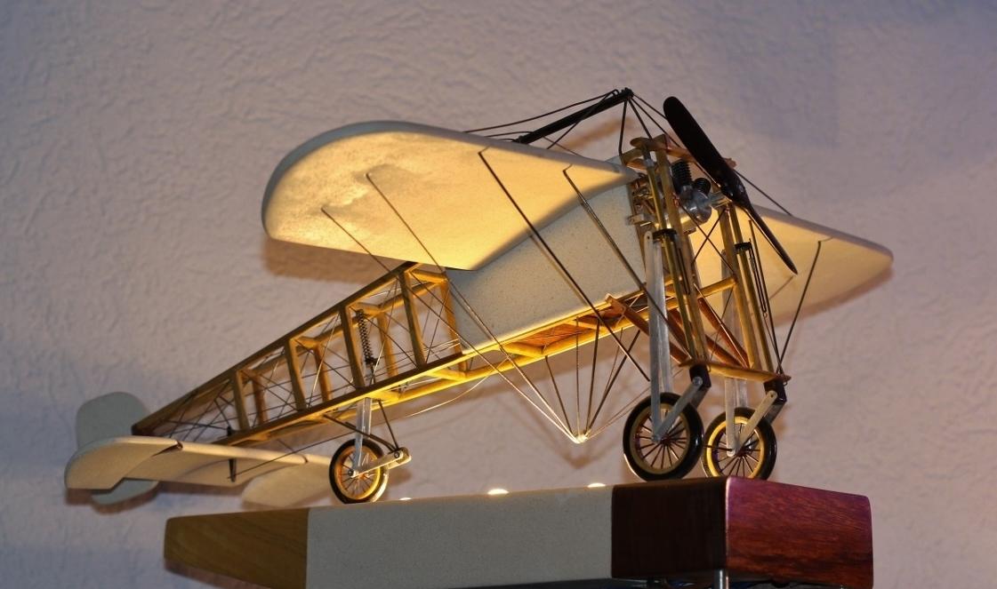 Blériot XI  1909 Sculpture illuminée en pierre blanche et essences de bois rares Echelle 1/18ème Steve Antonietti