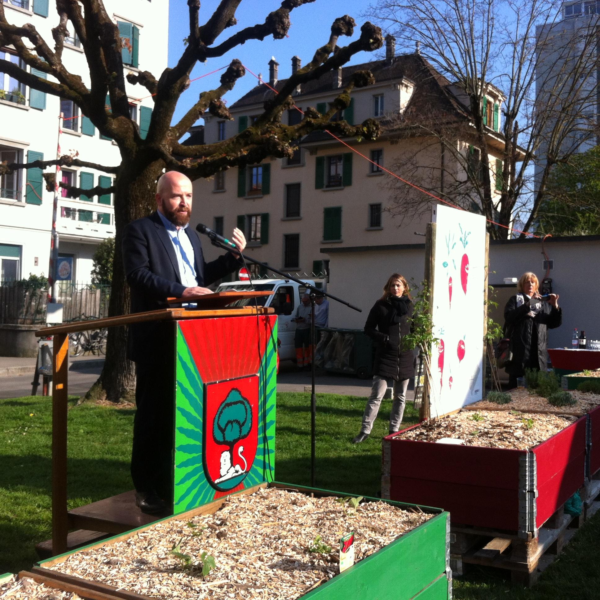 Le maire de Carouge, Nicolas Walder, inaugure les bacs potagers lancés par les Carottes rouges. © Maryelle Budry