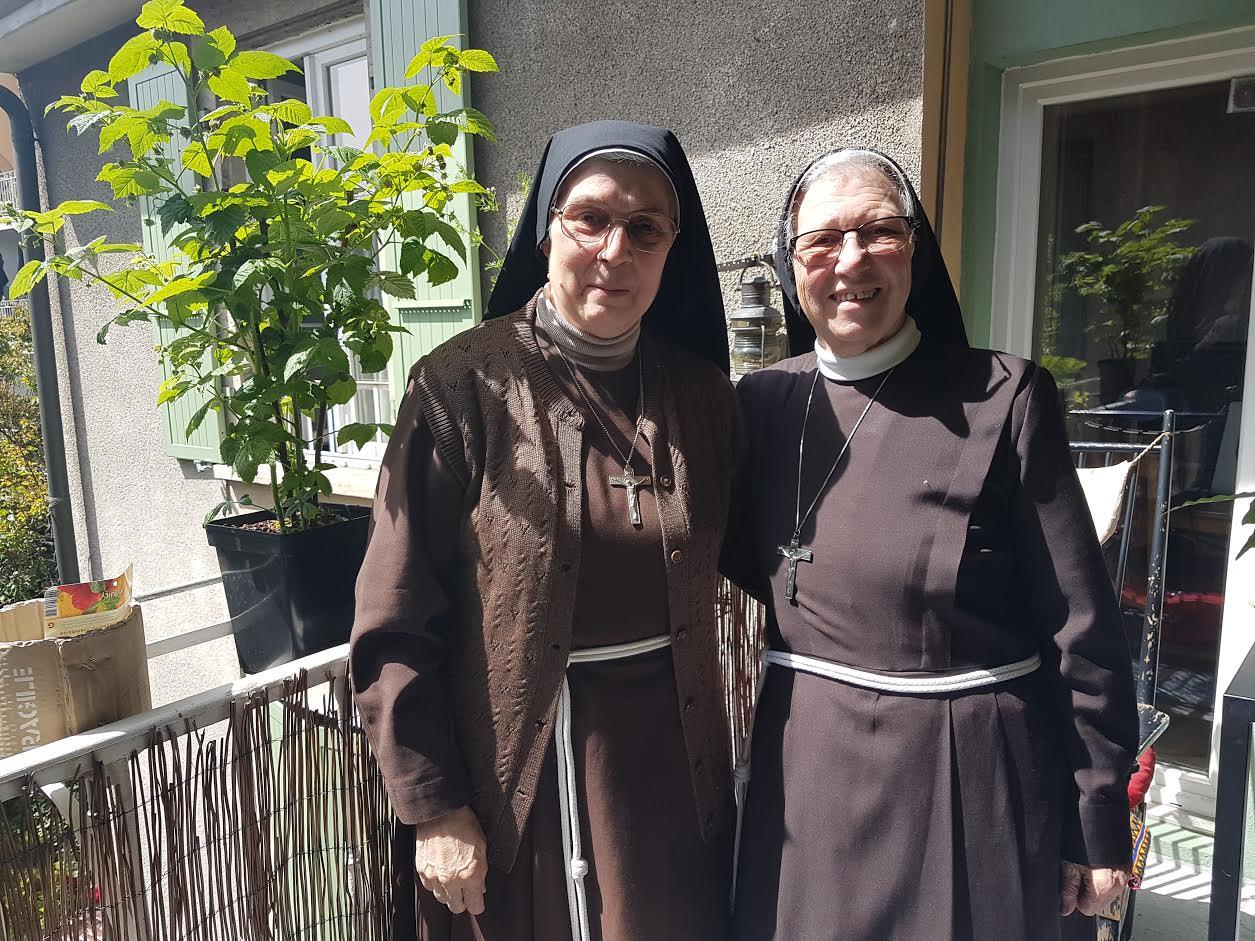Les deux soeurs sur une terrasse carougeoise. © FK