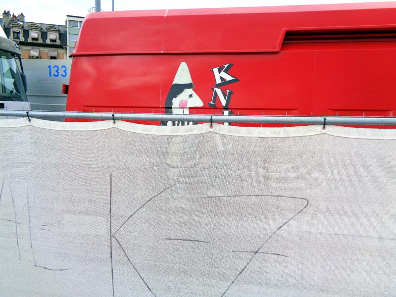 Le logo KNIE caché derrière les barrières