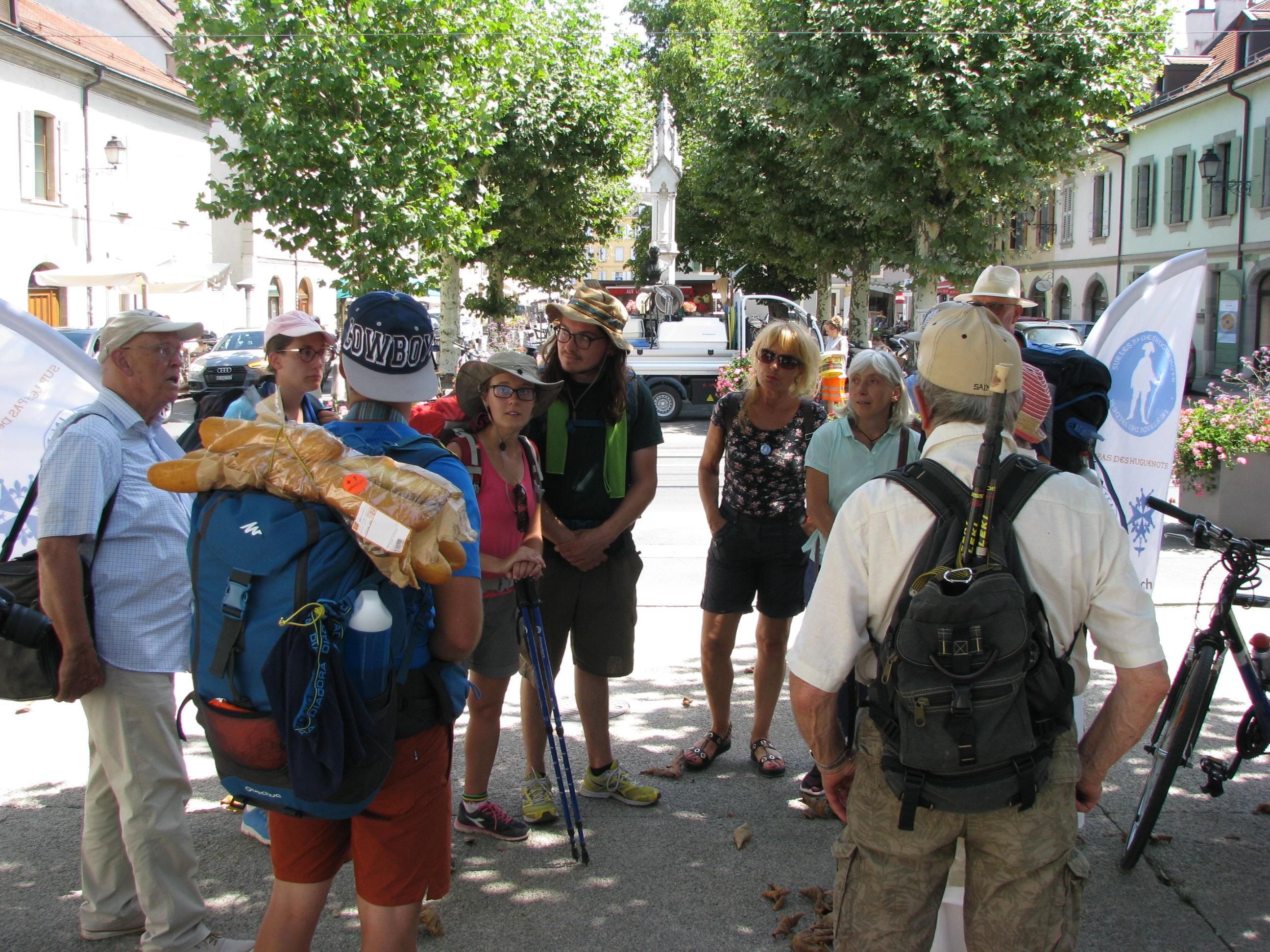 Les jeunes marcheurs venus des Vallées vaudoises du Piémont sur les traces de leurs ancêtres traversent Carouge, accompagnés par une délégation  du Musée de la Réforme. © Loïc Zen Ruffinen