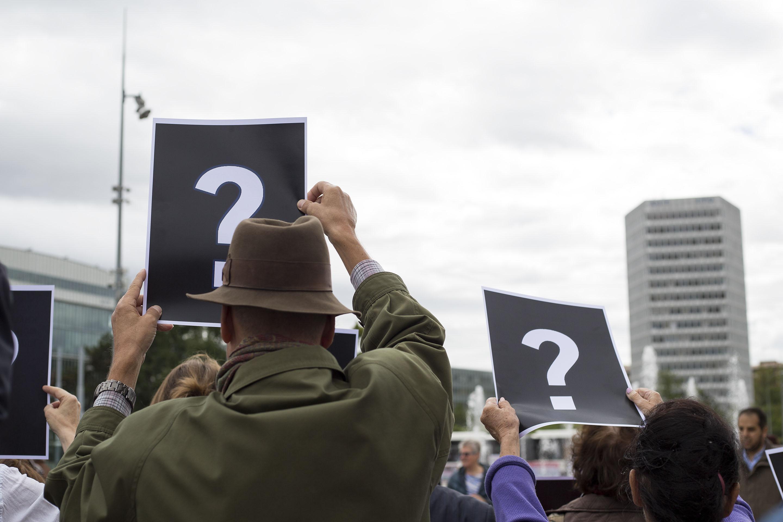 En brandissant des points d'interrogation, les manifestants demandent des réponses quant à ces disparitions et détentions arbitraires.