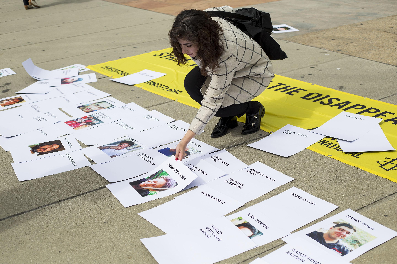 Des photographies des victimes de disparitions forcées sont affichées.