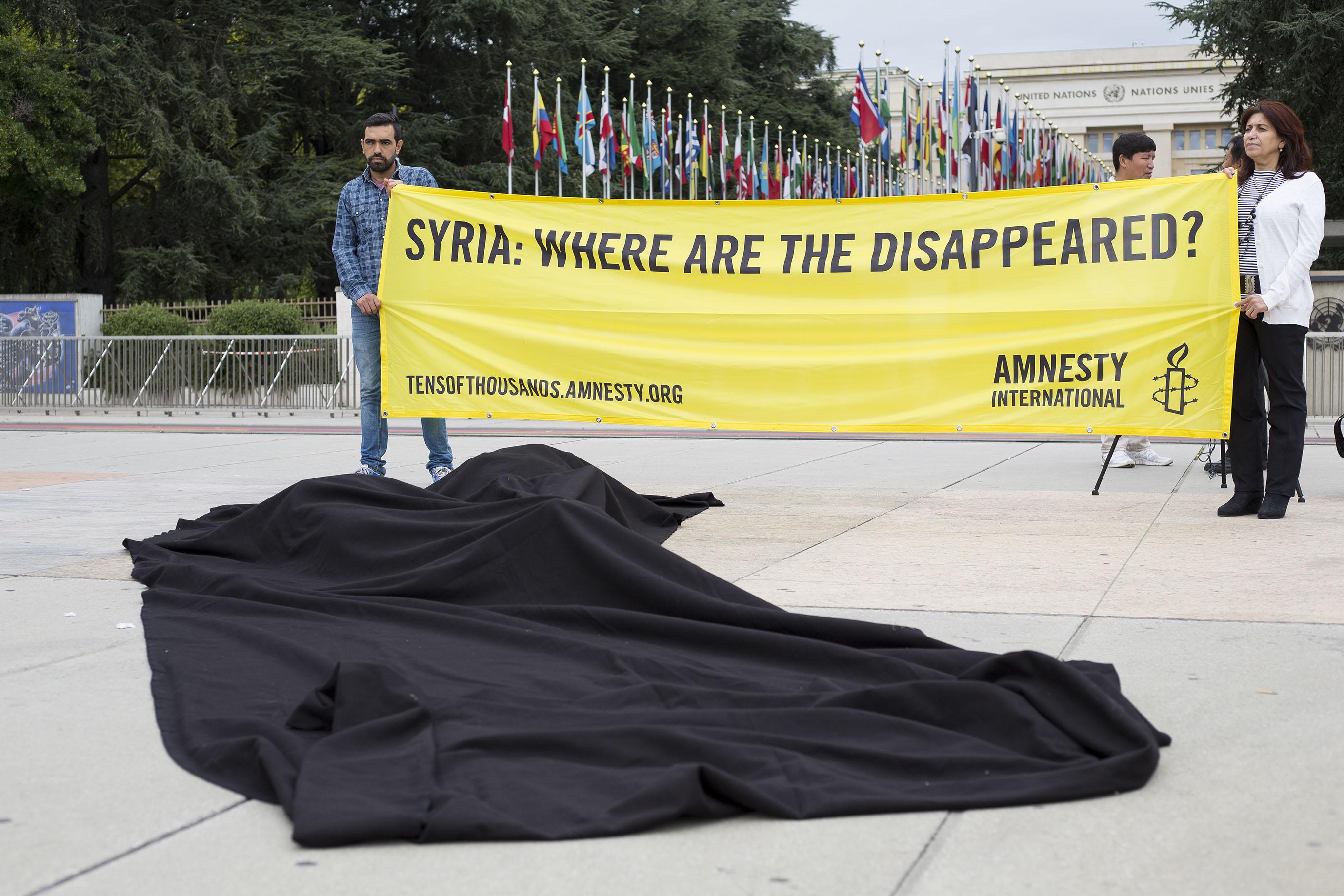 Les manifestants mettent en scène la disparition forcée des civils syriens.