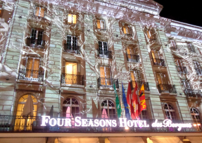 9. Projections sur la façade de l'Hôtel des Bergues