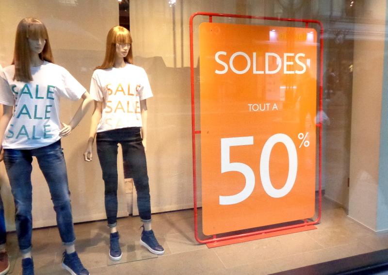 Chez Benetton on affiche SOLDES mais les T-Shirts portés par les mannequins sont SALE(S)