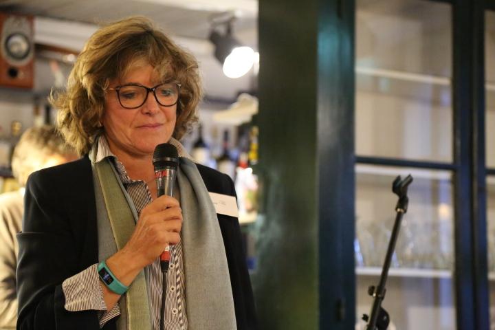 Doina Bunaciu, présidant une séance de la Compagnie des Mots, à l'Auberge du Cheval-Blanc