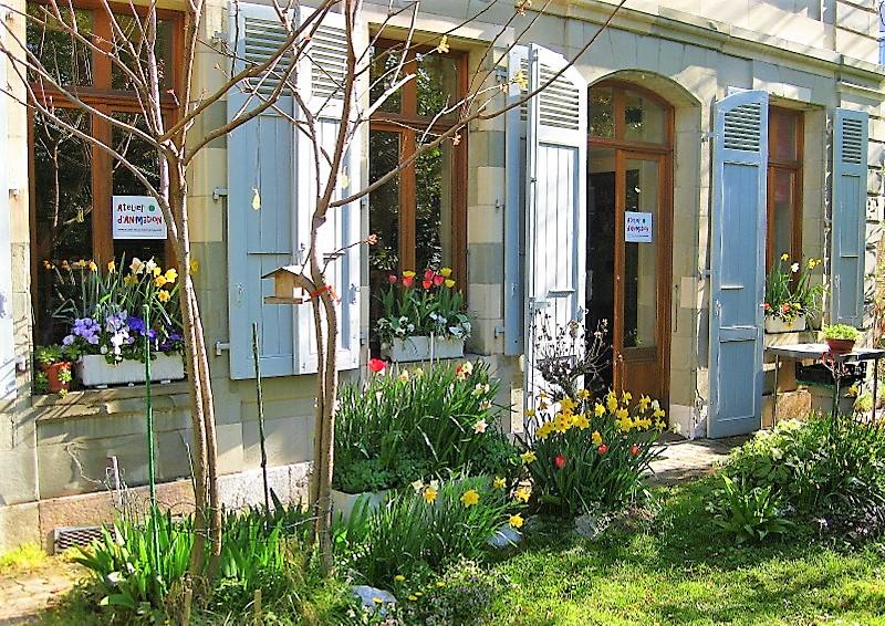 Jusqu'en 2014, l'Atelier d'Animation de Beau-Séjour (disparu dès lors...) offrait aux patients une terrasse couverte de fleurs chaque printemps