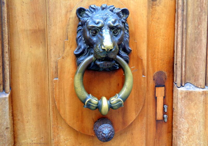 11. Bel ornement de porte, à la rue de l'Hôtel-de-Ville 14