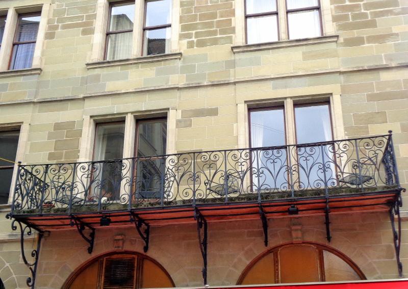 12. Le tout premier balcon à Genève, à la Grand-Rue, au-dessus du restaurant