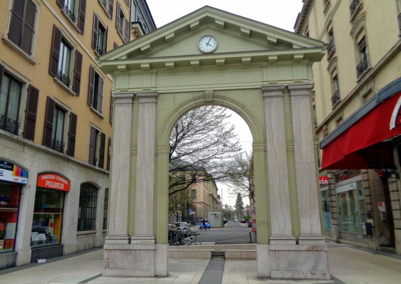 15. Ancienne porte d'entrée du Panorama de Plainpalais (1880), dès 1907 porte d'un bureau de poste. Actuellement à la Rue Necker