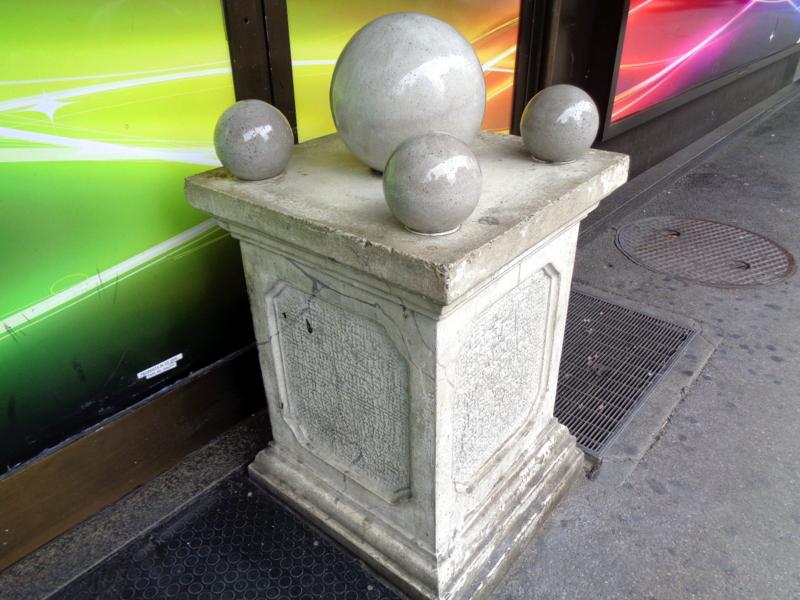 3. Etrange colonne à l'entrée d'un bar club, au 28 Bd. du Pont d'Arve