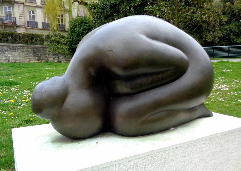 6. Une statue qui a perdu sa plaquette, dans le petit espace vert angle Bd. des Philosophes
