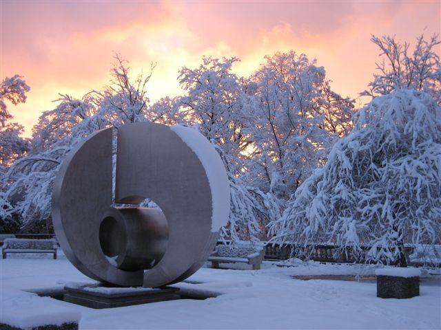 """7. La """"Lune Brisée"""", oeuvre de Manuel Torres, parc de l'hôpital Beau-Séjour, féerique en hiver"""