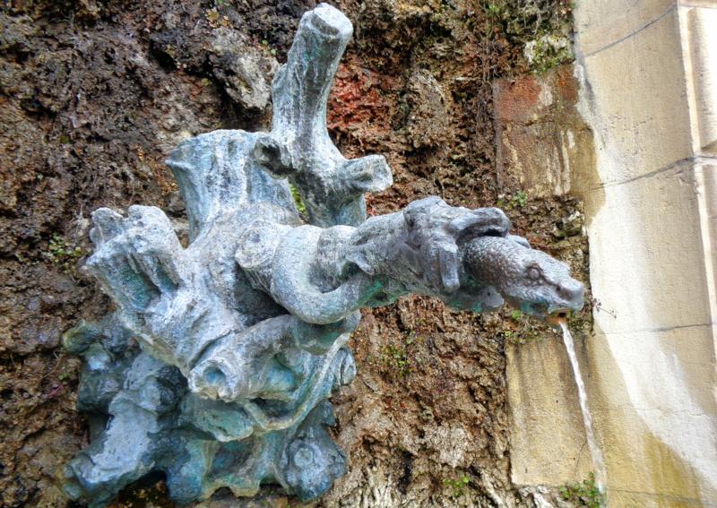 9. La fontaine au serpent, contre la façade du Pont de Saint-Léger