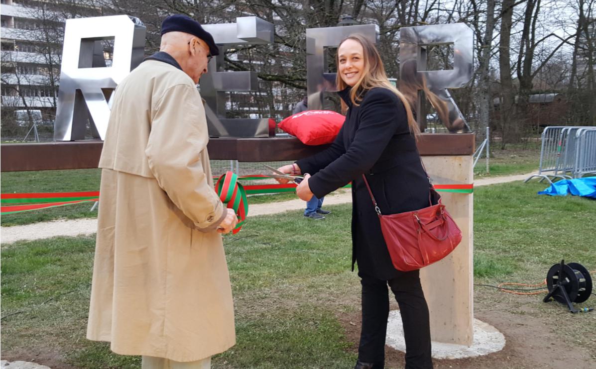 La Maire de la commune d'Onex Carole-Anne Kast coupant le ruban symbolique aux côtés de Michel Schnider, l'artiste © Anderson Makedi