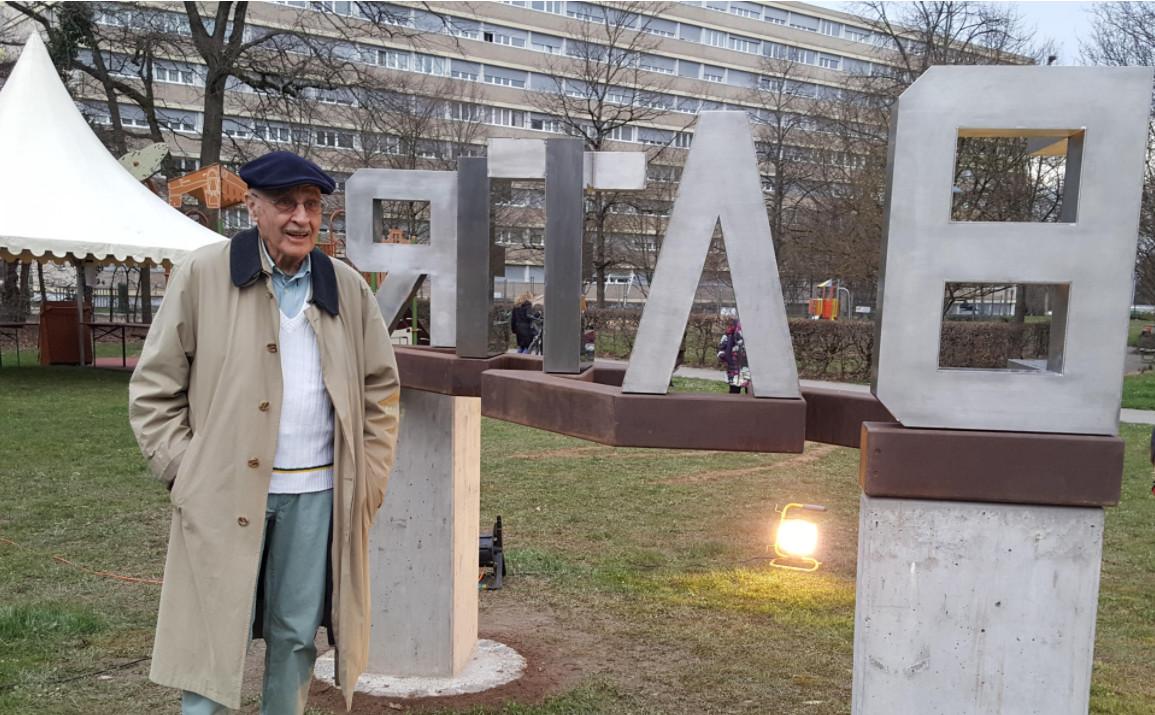 "Michel SCHNIDER dit ""SamS"" devant la sculpture anamorphosique. © Anderson Makedi"