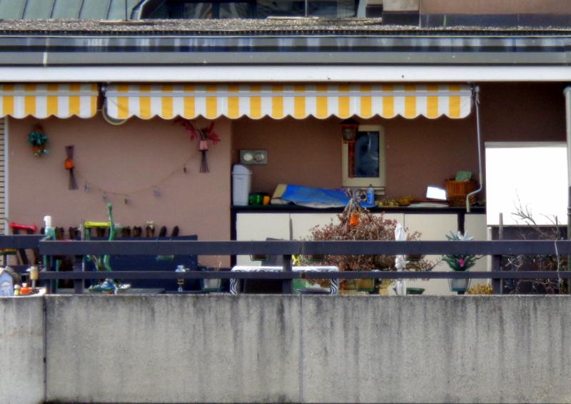 Des armoires et des rangements sur la terrasse