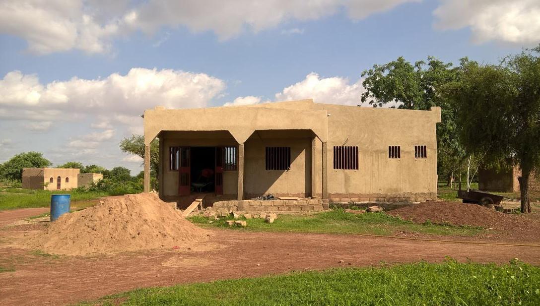 Une façade du bâtiment qui abritera le centre de santé et de promotion sociale de Roumtenga. © Anderson Makedi