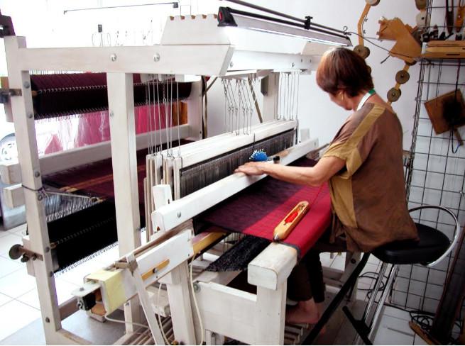 Anne-Claude Virchaux devant son métier à tisser. ©  Zoé Russbach